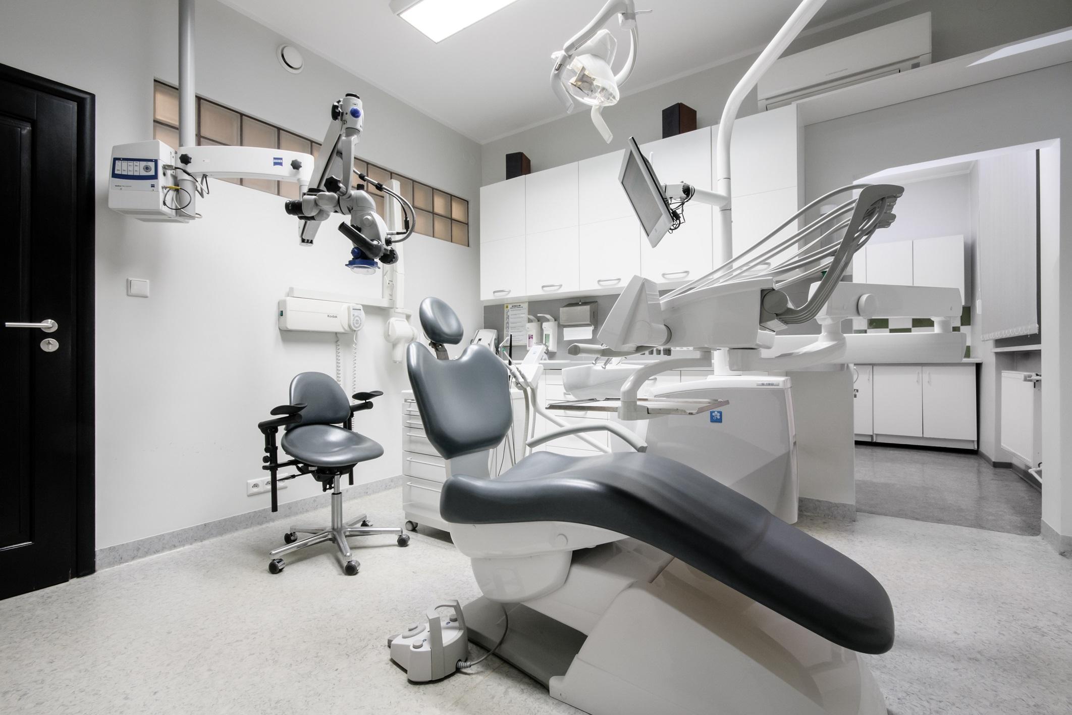 Zdjęcie gabinet endodontyczny i mikroskop