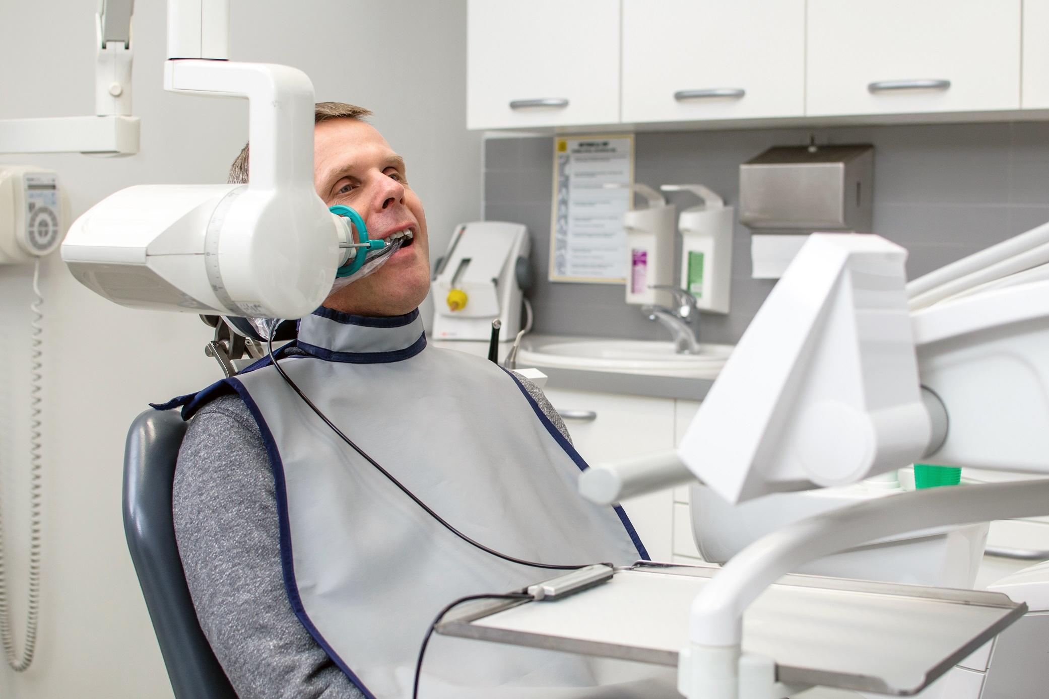 Zdjęcie pacjent i aparat rentgenowski